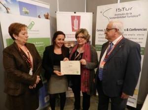 """Entrega de diploma a Carmen Rojas, alumna del curso """"La nueva hoja de ruta de las empresas turísticas. Hoteles Sostenibles"""""""