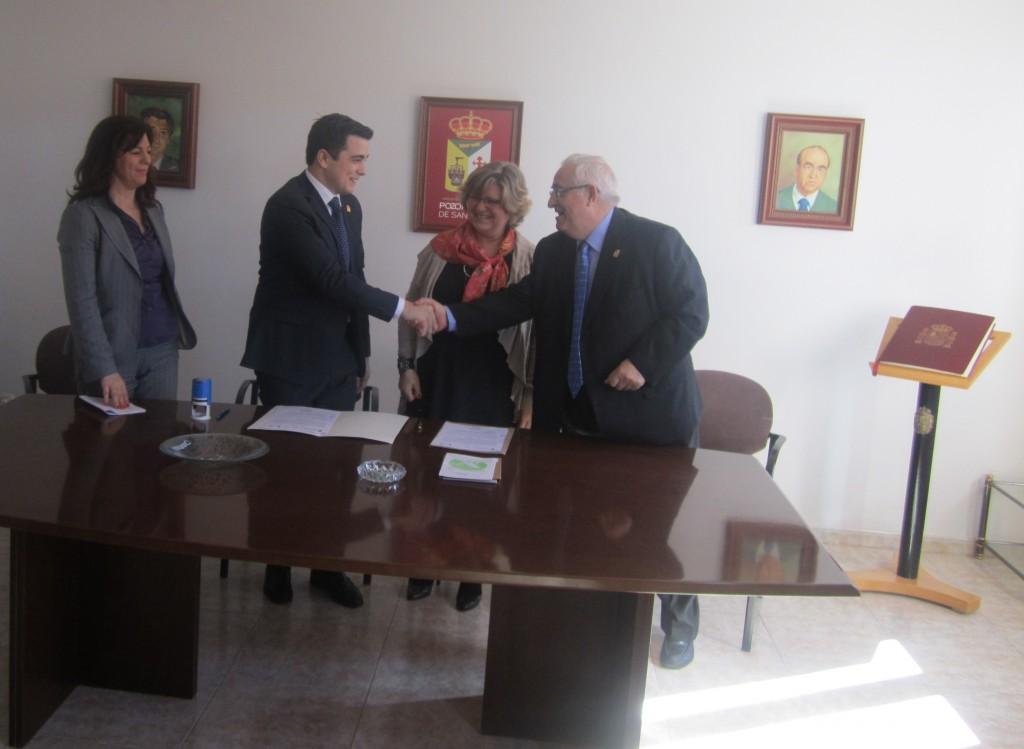 Jesús Felipe Gallego, presidente del Instituto de la Sostenibilidad Turística® saluda al Emiliano Serrano Solera, alcalde de Pozorrubio de Santiago