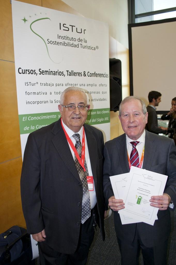 Jesús Felipe Gallego, presidente Grupo ISTur entrega el certificado de Hotel Sostenible a José Miguel Bordera, Director Zona Costa del Sol, Med Playa Hotels