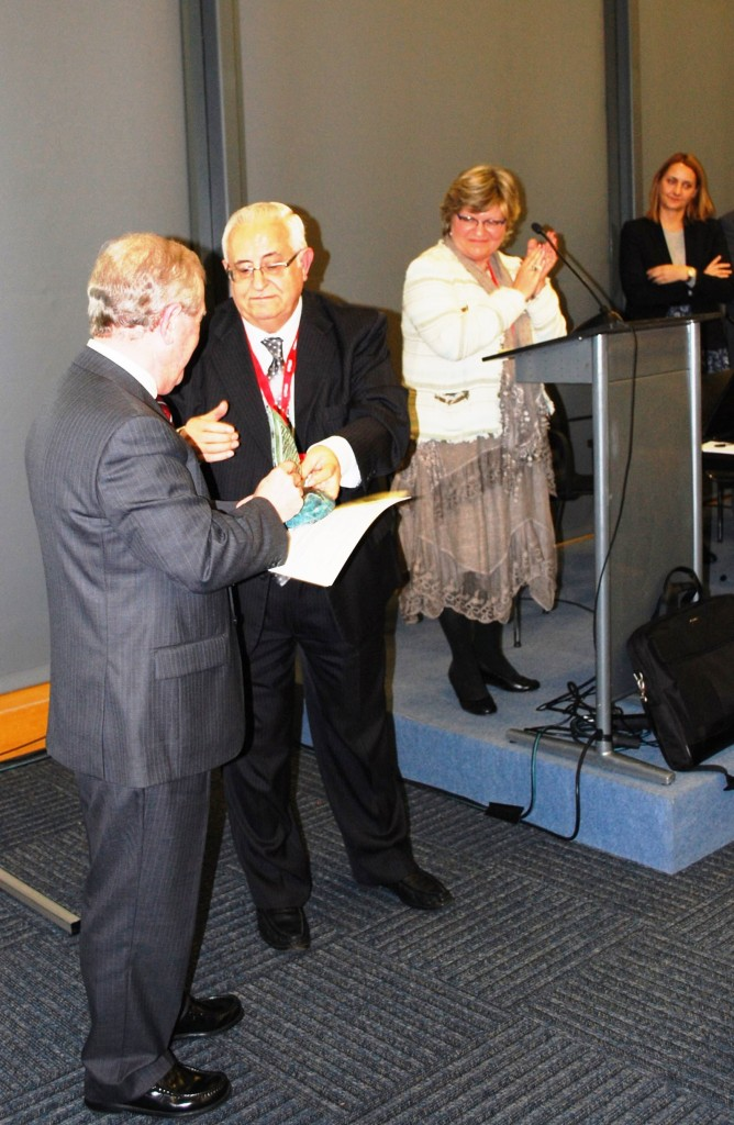 Jesús Felipe Gallego, presidente Grupo ISTur entrega el Premio «Un Compromiso real con la Sostenibilidad» a José Miguel Bordera, Director Zona Costa del Sol, Med Playa Hotels