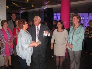 Presidente del Grupo ISTur,  Jesús Felipe Gallego entrega a María Maroño, Gobernanta del Hotel Santiago Apóstol (Santiago de Compostela) el Premio a la Hospitalidad
