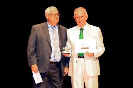 Jesús Felipe Gallego, presidente de ISTur entrega al Sr. D. Pedro Fernández Montes, Alcalde de Torremolinos el «Premio de Honor a la Hospitalidad» que otorga ISTur