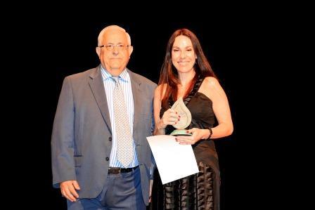 Jesús Felipe Gallego, presidente de ISTur entrega a D. Yolanda Perdomo Aparicio, Directora de Miembros Afiliados de la Organización Mundial de Turismo (OMT) el Premio «Un Compromiso Real con la Sostenibilidad» que otorga ISTur