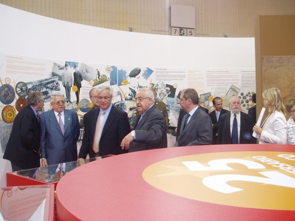 Jesús Mora Mas y Jesús Felipe Gallego, muestran a Joan Clos i Matheu, Ministro de Industria, Comercio y Turismo de España (2006 al 2008) la exposición «HOSTELCO: 25 AÑOS HACIENDO HISTORIA» presentada en HOSTELCO 2006